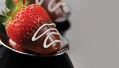 The ultimate chocolate and fruit pairing — these luscious treats are the perfect addition to any romantic (or holiday) celebration Chocolate Lindt, Chocolate Dipped Strawberries, Strawberry Dip, Chocolates, Delicious Desserts, Christmas Ideas, Celebration, Appetizers, Canada