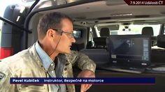 Zraněného motorkáře policista místo ošetření policista kopal. (Čechy, IX/2014)