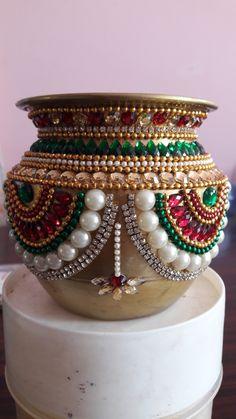 Kundan design on copper kalash Arti Thali Decoration, Kalash Decoration, Ganapati Decoration, Diwali Decorations, Festival Decorations, Wedding Plates, Table Wedding, Diwali Craft, Diwali Diya