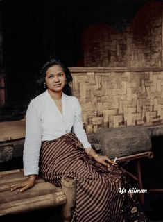 Batik Kebaya, Batik Dress, Blouse Dress, Indonesian Women, Indonesian Art, Asian History, Women In History, Filipino Culture, Emotional Photography