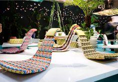 La colorata Fedro, disegnata da Lorenza Bozzoli per Dedon, è una sedia senza gambe. Ergonomica, si bilancia su due stretti pattini, permettendo di dondolare avanti e indietro a piacimento utilizzando