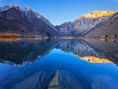 Les montagnes se reflètent dans l'eau créant une fois de plus une symétrie.