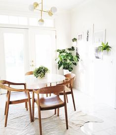Beautiful Breakfast Nooks for Relaxed Kitchen Dining - jane at home Beautiful Breakfast Nook Ideas for Cozy Kitchen Dining - jane at home Tulip Dining Table, Dining Nook, Dining Room Design, Dining Chairs, White Round Dining Table, Round Table And Chairs, Wood Chairs, Arm Chairs, Decoration Inspiration