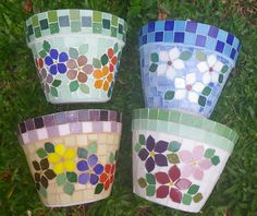 Floral mosaic on flower pots Mosaic Planters, Mosaic Birdbath, Mosaic Garden Art, Mosaic Vase, Mosaic Tile Art, Mosaic Flower Pots, Mosaic Birds, Painted Flower Pots, Mosaic Crafts