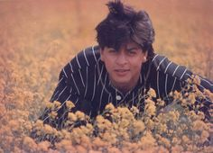 Dilwale Dulhania Le Jayenge, also known by the initialism DDLJ, is a romance film written and directed by Aditya Chopra (In his directorial debut) and produced by his father Yash Chopra. Shahrukh Khan And Kajol, Kareena Kapoor Khan, Best Bollywood Movies, Om Shanti Om, Romance Film, Anamika Khanna, 90s Movies, Vintage Bollywood, Frases