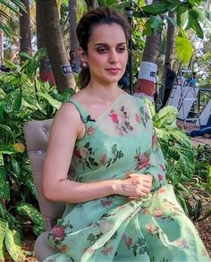 Get The Latest Blouses To Style With Chiffon Georgette Saree's In Summer And Look Classy And Trendy As Well. Visit Threads For Latest Fashion Trends Trendy Sarees, Stylish Sarees, Fancy Sarees, Party Wear Sarees, Floral Print Sarees, Saree Floral, Printed Sarees, Organza Saree, Chiffon Saree