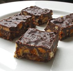 Half term treat – Mary Berry's honeycomb crunchies I don't often cook the recipes featured on the front page of the BBC website, but as a huge fan of Crunchie chocolate bars I just had to give this one a go. I've always wanted to try making h… Great British Bake Off, Chocolate Bars, Mary Berry Chocolate Cupcakes, Choclate Brownies, Chocolate Pastry, Chocolate Squares, Chocolate Treats, Tray Bake Recipes, Gourmet