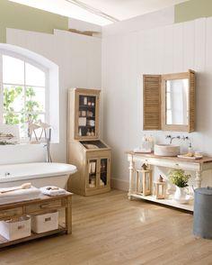 Baño grande con parquet y espejo de madera_00243936