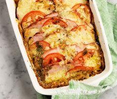 Sväng ihop en enkel och smakrik kassler- och tomatlåda med pesto, en rätt som mättar många magar. Skivade tomater och kassler varvas i en ugnssäker form innan crème fraiche-blandningen, chilisåsen, peston och osten hälls över och avslutas i ugnen. Som tillbehör finns koks potatis och knaprig sallad.