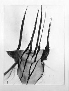 Helena Almeida Em 1967 realiza a sua primeira exposição individual de pintura na galeria Buchholz, Lisboa. O desejo de fuga da tela transparece nos primeiros trabalhos de Helena Almeida, onde tenta romper com os limites da pintura e sair do suporte, transgredindo de forma literal os limites do espaço da obra de arte.