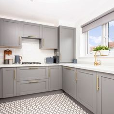 Pair the rich tones of the Allendale Slate Grey kitchen with white marble worktops and brass accents for a luxurious look. Pair the rich tones of the Allendale Slate Grey kitchen with white marble worktops and brass accents for a luxurious look. Grey Kitchen Designs, Kitchen Room Design, Living Room Kitchen, Kitchen Colors, Home Decor Kitchen, Kitchen Interior, Home Kitchens, Shaker Style Kitchens, White Kitchen Worktop