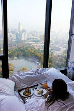 高級ホテルに泊まって、日頃のストレス解消!! 最上階は、眺めもいいし、部屋注文すれば楽々。 自分へのご褒美を、一年に一度はしてあげよう。