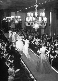 wehadfacesthen:  Christian Dior runway show, Paris, 1947