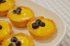 Hledáte dokonalý nedělní dezert? SVěží citronové tartaletky potěší vás i vaše spolustolovníky. Czech Recipes, No Bake Cookies, Cheesecakes, Cake Pops, Muffins, Food And Drink, Pudding, Baking, Eat