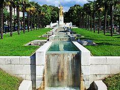 Square des anciens combattants d'Indochine bordé de palmiers avec sa fontaine en cascade rend hommage aux combattants de la guerre d'Indochine (1946-1954). 12eme arr