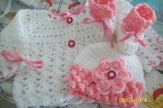 conjuntinho de lã com  casaquinho, sapatinho e toquinha