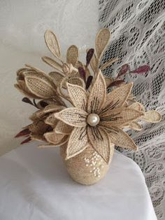 Learn how to make beautiful jute or burlap cloth flowers ~ Mimundomanual - Ronald Delisle Twine Flowers, Burlap Flower Wreaths, Cloth Flowers, Diy Flowers, Fabric Flowers, Flower Diy, Hessian Crafts, Twine Crafts, Diy Crafts