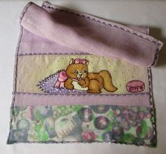 Fralda de boca em tecido 100% algodão na cor lilás, com faixa para receber pintura. Pintura feminina 'gatinha dengosa'. Acabamento duplo com voal 100% algodão e bordado contrastante em toda volta da peça.