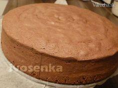 Tento korpus používám u dortů nejčastěji a občas se mě na něj někdo ptal. Díky soukromým vzkazům a otázkám maminek, které chtějí upéct svůj první dort, jsem si uvědomila, že co pro některé je samozřejmost, pro jiné je oříšek,  ne každý měl možnost okoukat kuchyňské fígle doma od své maminky nebo babičky a složitě se metodou pokus/omyl propracovával k dnešním znalostem. Tak jsem to vše nafotila, sepsala a snad to pomůže i ostatním zlomit a strach pustit se do pečení :)