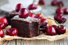 Backen mit Bohnen? Na klar! Kidneybohnen machen die Brownies nicht nur schön saftig, sondern sorgen auch für eine ordentliche Portion an pflanzlichem Protein. Und raffinierten Zucker haben wir kurzerhand durch süße Datteln ersetzt. :)