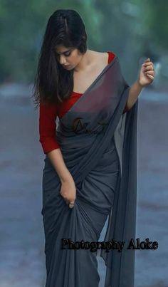 Trendy Sarees, Stylish Sarees, Indian Dresses, Indian Outfits, Kerala Saree Blouse Designs, Bridesmaid Saree, Saree Poses, Saree Photoshoot, Saree Trends