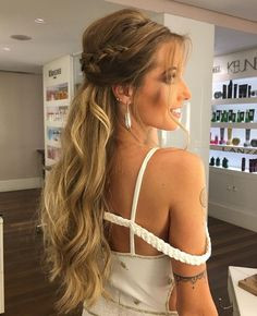 party hairstyle for godmother and guest of outdoor wedding Ball Hairstyles, Fancy Hairstyles, Wedding Hairstyles, Party Hairstyle, Love Hair, Gorgeous Hair, Wedding Hair And Makeup, Hair Makeup, Curly Hair Styles
