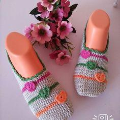 Yarismaya bende katıldım begenilerinizi keskebendeyapabilsem sayfasindaki gors… I participated in the contest I wish you can make your comments on the keskebendeyapabilsem page I could Crochet Slipper Pattern, Easter Crochet Patterns, Crochet Gloves, Crochet Slippers, Crochet Crafts, Crochet Projects, Free Crochet, Knit Crochet, Flip Flop Socks