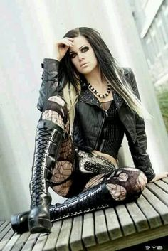 Top Gothic Fashion Tips To Keep You In Style. As trends change, and you age, be willing to alter your style so that you can always look your best. Consistently using good gothic fashion sense can help Hot Goth Girls, Punk Girls, Goth Beauty, Dark Beauty, Dark Fashion, Gothic Fashion, Style Fashion, Fashion Clothes, Fashion Boots