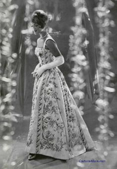 A beautiful gown from Pierre Balmain. She looks like princess with flower print Vintage Outfits, Vintage Gowns, Vintage Mode, Vintage Ladies, Vintage Style, Pierre Balmain, Vintage Glamour, Vintage Beauty, Fifties Fashion