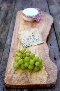 I want this cheese board! Large Natural Wooden Chopping Board - Length 45 to x W x Wooden Chopping Boards, Wood Cutting Boards, Chess Boards, Wooden Boards, Live Edge Wood, Bread Board, Serving Board, Serving Trays, Wood Creations
