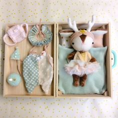 bon, ok, j'ai beau vieillir, j'm tjs ces petites choses. Just a wee bit excited about giving my little girl this set of mini dolls for her third birthday tomorrow morning! Fabric Toys, Fabric Crafts, Baby Toys, Kids Toys, Handmade Stuffed Animals, Fabric Animals, Sewing Dolls, Softies, Soft Dolls