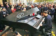 """Le 14 Novembre, David Martelo pianiste Allemand  joue """"Imagine"""" de John Lennon devant tous les lieux des attentats de Paris du 13 Novembre 2015."""