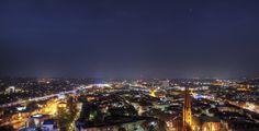 Bielefeld (Nordrhein-Westfalen): Bielefeld ist eine kreisfreie Stadt im Regierungsbezirk Detmold im Nordosten Nordrhein-Westfalens. Mit über 328.000 Einwohnern ist sie die größte Stadt der Region Ostwestfalen-Lippe und deren wirtschaftliches Zentrum. Auf der Liste der größten deutschen Städte steht sie an 18. Stelle.  Die erste Erwähnung lässt sich auf den Anfang des 9. Jahrhunderts datieren, als Stadt wird sie erstmals 1214 bezeichnet. Am Nordende eines Quertals des Teutoburger Waldes…