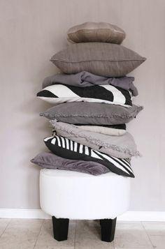 snygga färger med kalklitlir simplicity Pretty Room, Feng Shui, Bed Pillows, Living Spaces, Interior Design, Purple, Inspiration, Home, Gin