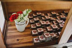 Para lembrança: brownies!!!!   Fotografia: Diogo Perez Decoração: Casório DF  Brownie: Brownieria Carioca  #wedding #casamento #weddingdecoration #creativewedding #brownie