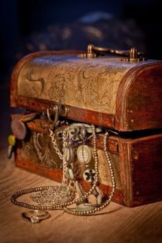 The treasure chest he found contained gold coins and jewelry from a Spanish conquistador. Treasure Boxes, Treasure Chest, Pirate Treasure, Bateau Pirate, Watch Gift Box, Pirate Life, Cameo Necklace, Bronze Pendant, Treasure Island