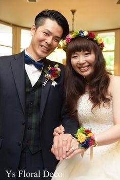 こちらのおふたりのお色直し時のご様子です。新郎さんはベストとネクタイをチェンジ、新婦さんは髪型をダウンヘアに。鮮やかな赤や青をいれたロンドンカラーの色合い...