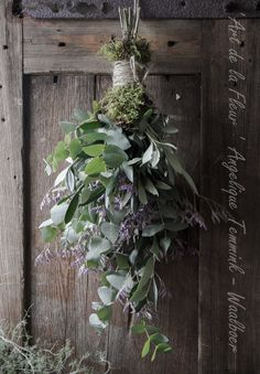 Rustic simple Christmas decorations - Best ROUTINES for Healthy Happy Life Christmas Flowers, Natural Christmas, Simple Christmas, Christmas Crafts, Rustic Christmas, Deco Table Noel, Deco Floral, Holiday Wreaths, Xmas Decorations
