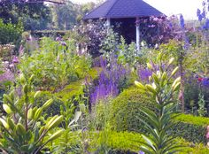 Lawn Alternative: Lovely mix of formal and cottage garden styles | The cottage garden lamp: OPEN GARDENS - REGION WESER EMS
