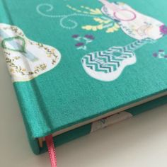 Sólo tus canciones me parece escuchar...   Un cuaderno  de 80 hojas lisas color hueso de 80grs con tapas enteladas señalador y elástico. #FlorenceLivres #cuadernos #cuaderno #diario #escribir #papel #lapiz #escritor #historias #journal #notebook #bookbinding #encuadernacion