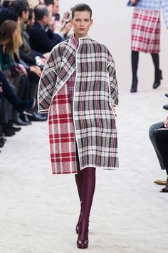 Would love to see an off-the-rack version of this! Les looks les plus insolites de la Fashion Week