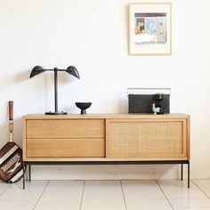 前回も好評だったオリジナルサイドボードは、無垢材とスチールパーツの組み合わせ。特徴はラタンを用いた引き戸です。北欧でもラタンは多くの家具に使われており素材との相性、雰囲気はとても良いです。インテリアを構成する上で必要とされてるテレビ台がヴィンテージの家具で構成するのは難しい現状を踏まえ、15年間北欧の家具を扱ってきた経験をいかしてデザイン。経年変化を体感できる素材や質感を楽しむことができます。基本サイズw1200 w1300 w1600 w1800 以外も当日オーダー可能です。 ご希望サイズをご自宅で計測の上ご来場下さい!<取扱|KONTRAST>