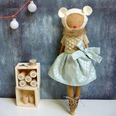 Un livre complet pour réaliser une poupée pleine de caractère, ainsi que son vestiaire de style très varié(robes, tops, pulls, accessoires…). Modèles couture et tricot. Nombreux schémas expl…