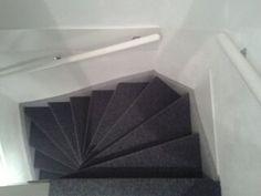 Trap bekleed met tapijt. Treden en stootborden antraciet en de zijkanten grijs.