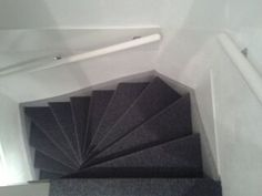 Foto van dichte trap met grijs antraciete sisal modern en robuust trapbekleding met sisal - Witte trap grijs ...