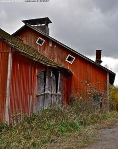 Ajan patinoima - vaja vanha ränsistynyt punainen harmaa sammal heinikko rikkakasvi rikkakasvit luonto maaseutu lato heinälato rempallaan ov...