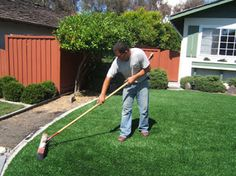 Cách vệ sinh chăm sóc mặt sấn cỏ nhân tạo