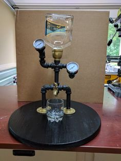 DIY industrial lamp: Cool Desk Lamp Made From Pipe Whiskey Dispenser, Alcohol Dispenser, Drink Dispenser, Metal Art Projects, Diy Wood Projects, Woodworking Projects, Whisky Spender, Lampe Tube, Pipe Decor