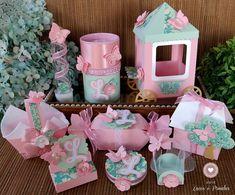 Um lindo jardim cheio de flores, borboletas e muitas camadinhas e texturas para compor uma festa que é um encanto!  A mesa vai ficar recheada de coisas lindas!    Kit composto por:    10 Tubetes 13 cm  10 Caixas bala 15 x 4 cm  10 Cestinhas 8,5 x 4 cm  10 Casinhas 6,5 x 8 x 3,5 cm  10 Porta Bis  ... Bird Party, Butterfly Party, Butterfly Decorations, Baby Shower Gift Bags, Baby Shower Crafts, Work Baby Showers, Wedding Gift Wrapping, Cinderella Birthday, Birthday Bag