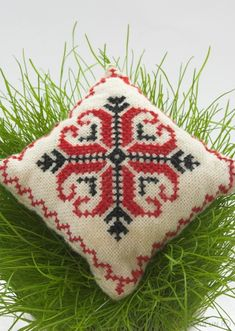 Подушка с вышивкой крестом может стать симпатичным элементом интерьера.